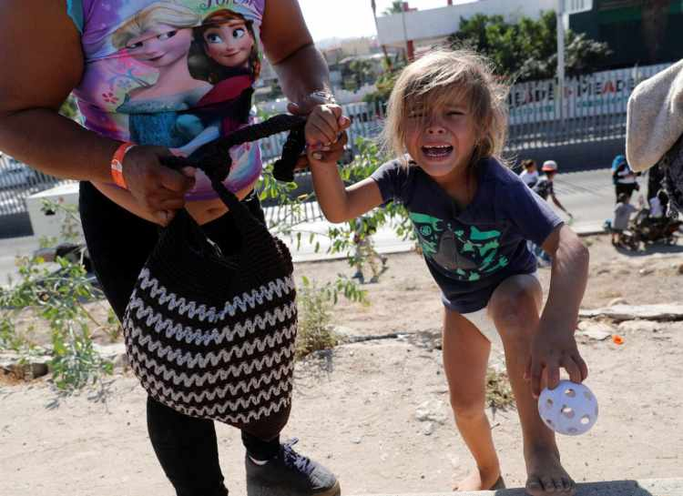 migrant-girl-teargas